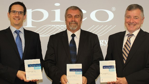 Preisverleihung an RS Components durch Pico Technology (v.l.n.r.): Kieran Winstanley, Distribution Sales Manager, Pico; Graham Cave, Global Category Manager, RS; Trevor Smith, Business Development Manager, Pico.