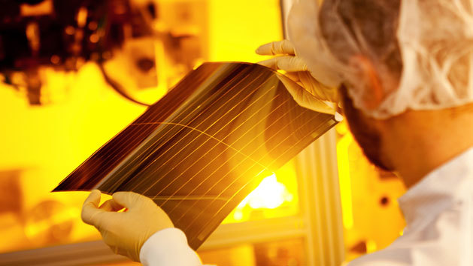Dünn, teilweise transparent und hoch-flexibel: Ein Stück Solarfolie aus der Heliatek-Produktion