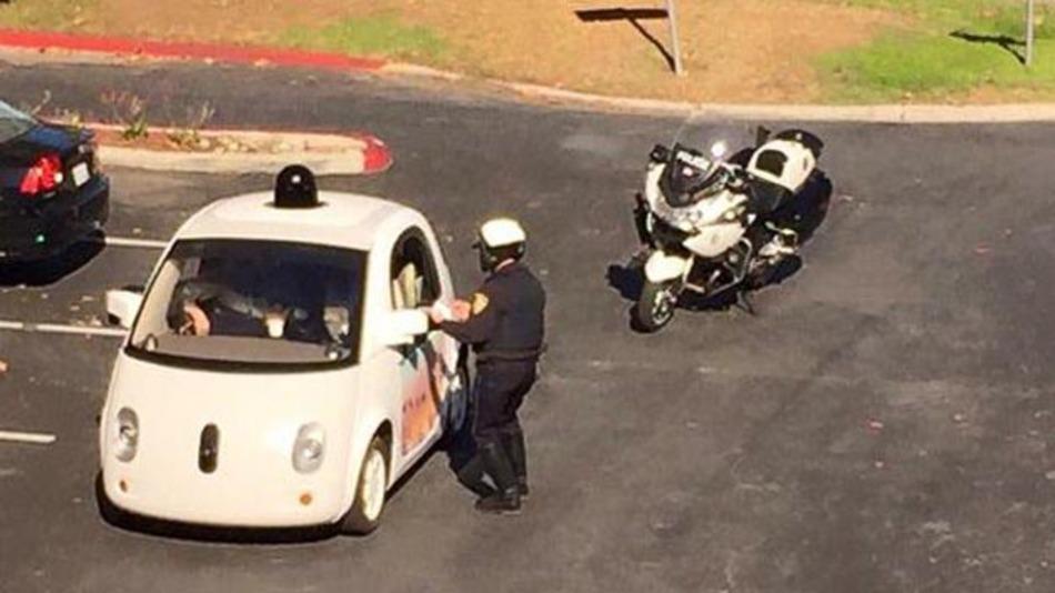 Als Verkehrshindernis gestoppt: autonom fahrendes Google Car.