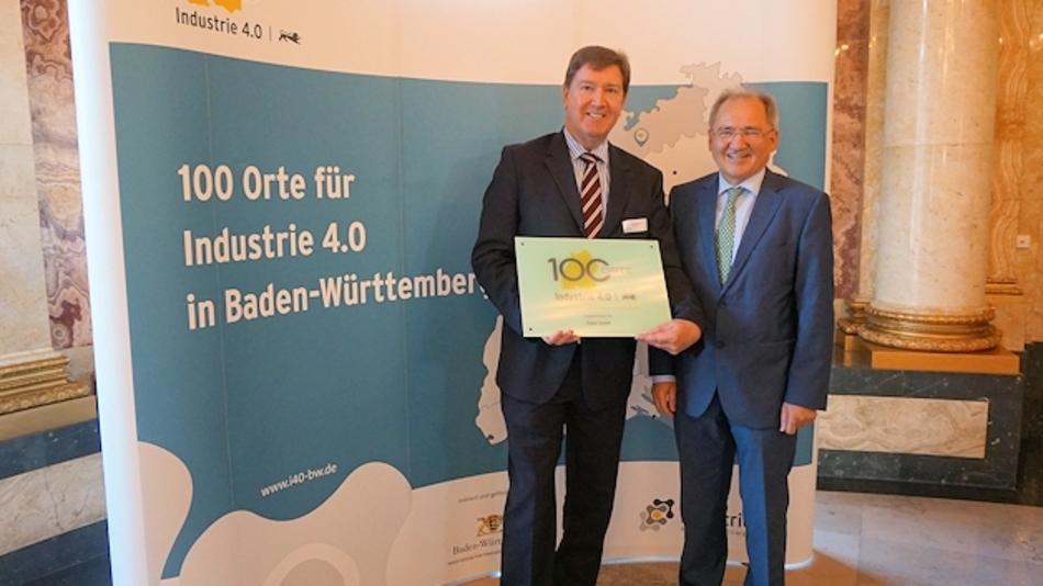 Übergabe der Auszeichnung an Elabo-Geschäftsführer Thomas Hösle (links) durch Staatssekretär Peter Hofelich (rechts)