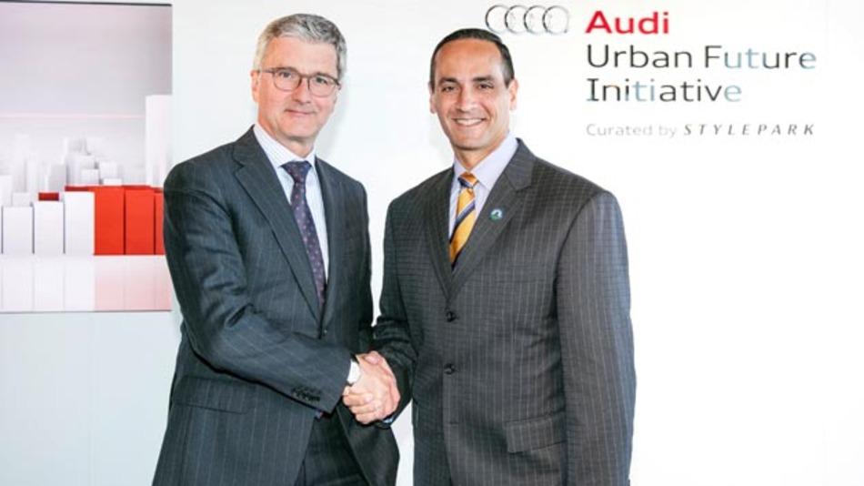 Audi-Chef Rupert Stadler und Joseph A. Curtatone, Bürgermeister von Somerville, bei der Unterzeichnung des Memorandum of Understanding zur urbanen Strategie der US-amerikanischen Stadt.