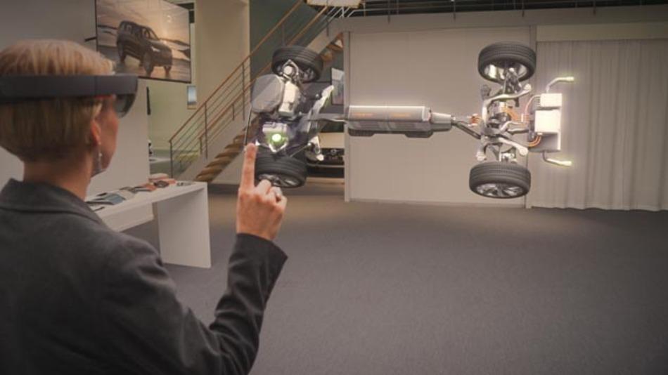 Die Demonstration der HoloLens zeigt, wie Kunden mit Hilfe gemischter Realität (Mixed Reality) ihr Fahrzeug dreidimensional konfigurieren können. Mit der leistungsfähigen Brille HoloLens werden die Hologramme in die reale Welt projiziert.