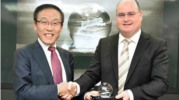 Dr. Kinam Kim, President of Semiconductor Business der Device Solutions Division von Samsung Electronics und Ricky Hudi, Executive Vice President Electronic Development bei Audi (rechts).