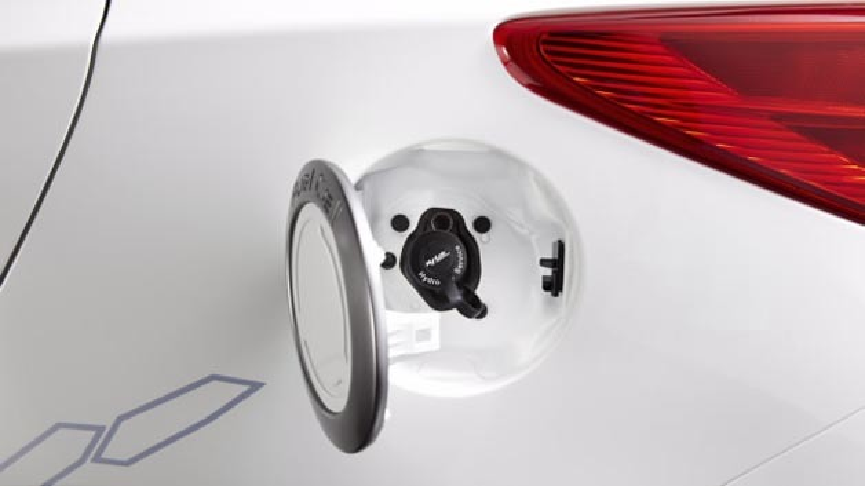 An der Wasserstofftankstelle der FH Strahlsund lassen sich Fahrzeuge wie der Hyundai ix35 FC oder der Toyota Mirai betanken.