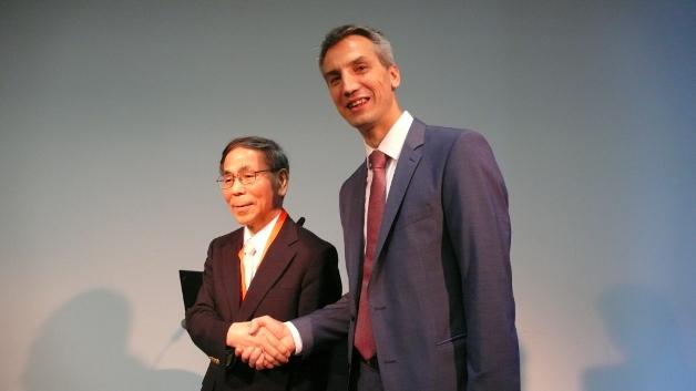 Besiegeln die Zusammenarbeit: Prof. Fumihiko Kimura, Chairman der CLPA, und Karsten Schneider, Vorsitzender der Profibus-Nutzerorganisation (PI).