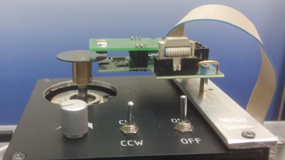 Auf der SPS wurde der POLDI demonstriert: Eine Kombination aus dem Sensor von advico mit einem Auswertechip von iC-Haus misst den Winkel einer drehbaren Scheibe.