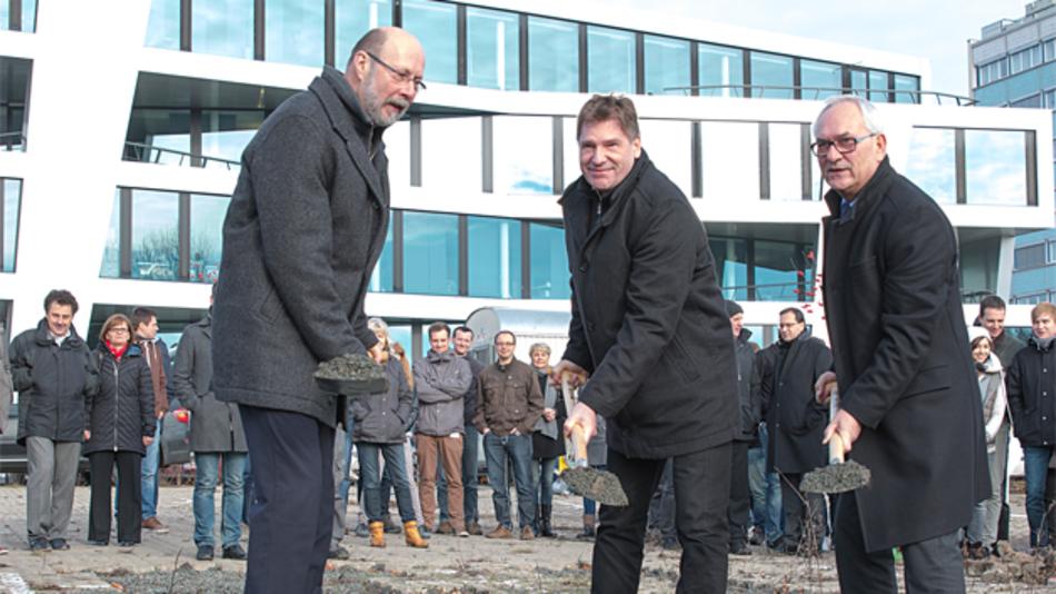 Die Geschäftsführer von Göpel electronic beim Spatenstich zum vierten Firmengebäude: v.L.n.R.: Manfred Schneider, Thomas Wenzel und Holger Göpel.