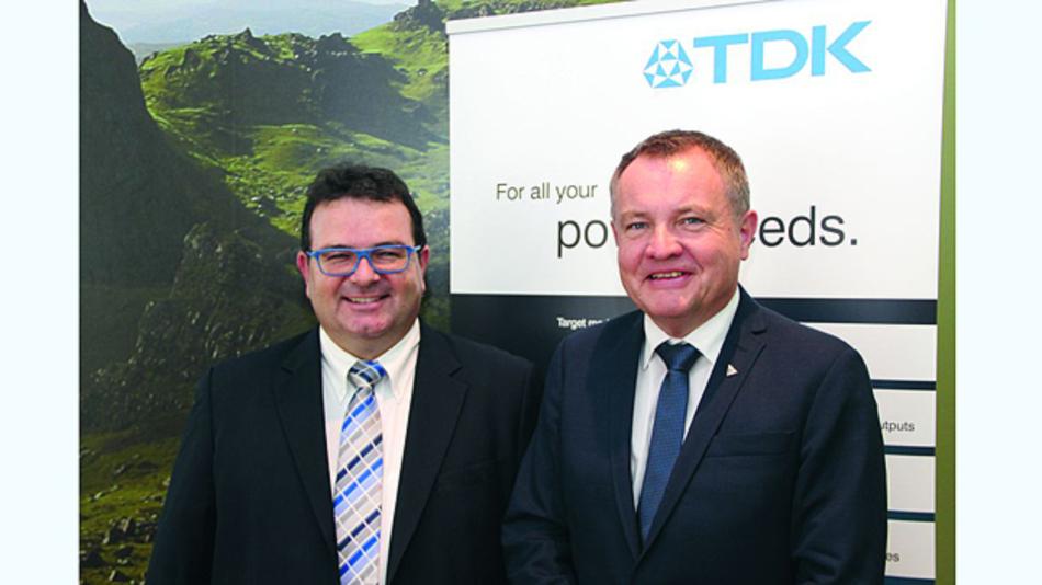Unterstützen eine vergleichbare Wirkungsgradbestimmung bei Stromversorgungen: Peter Runz, Market Development Manager (links), und Gustav Erl, General Manager TDK-Lambda Germany, auf der Pressekonferenz.