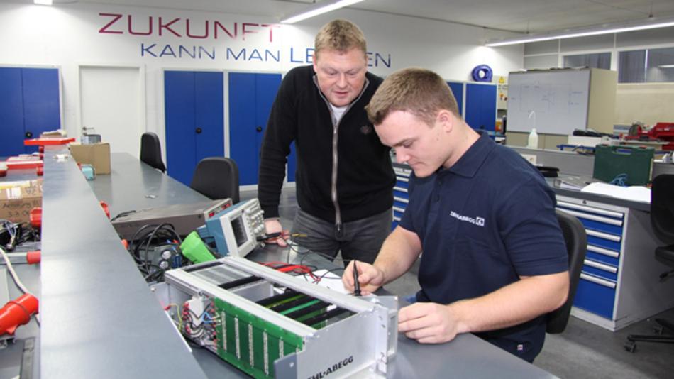 Max Borek (rechts) überprüft mit Ausbilder Jens Münch eine elektrische Schaltung. Max Borek absolviert bei Ziehl-Abegg in Künzelsau ein Duales Studium Elektrotechnik. In Ungarn wird es bei Ziehl-Abegg nun ab kommendem Jahr auch die Möglichkeit zum Dualen Studium geben.