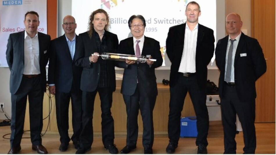 Als Geschenk für die erfolgreiche 20-jährige Zusammenarbeit überreichte Yuki Ushida, CEO von Oki Sensor Device Corporation, Tom Gould, Vice President Sales&Marketing bei Standex-Meder, beim europäischen Sales-Meeting einen überdimensionalen Reed-Schalter.
