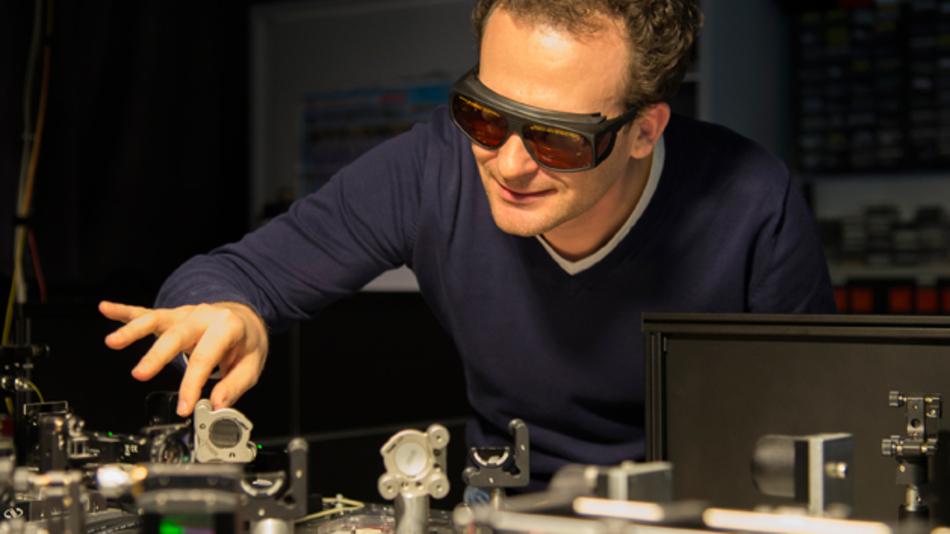 Alexander Bechtold am Laser-Tisch seines Labors im Walter-Schottky-Institut der TU München.