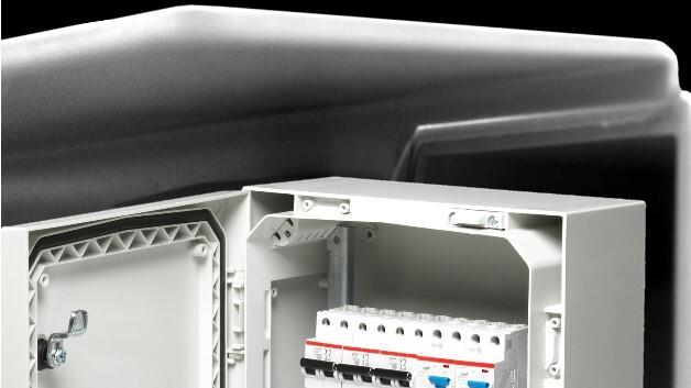 Optimierte Spritzgussformen aus glasfaserverstärktem Polycarbonat garantieren bei Fibox' Gehäusebaureihe ARCA IEC auch bei Starkregen den sicheren Schutz der eingebauten Elektronik.
