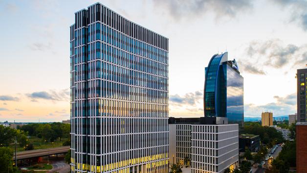 Der St Martin Tower in Frankfurt ist mit LED-Leuchten und einem Lichtmanagementsystem von Zumtobel ausgestattet. Für den österreichischen Hersteller ist es ein weiteres erfolgreich umgesetztes Großprojekt.