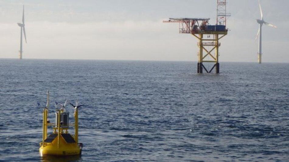 Windmessboje mit ausgeklügelter, präziser Messtechnik in der Nordsee vor dem Messmast FINO 1.