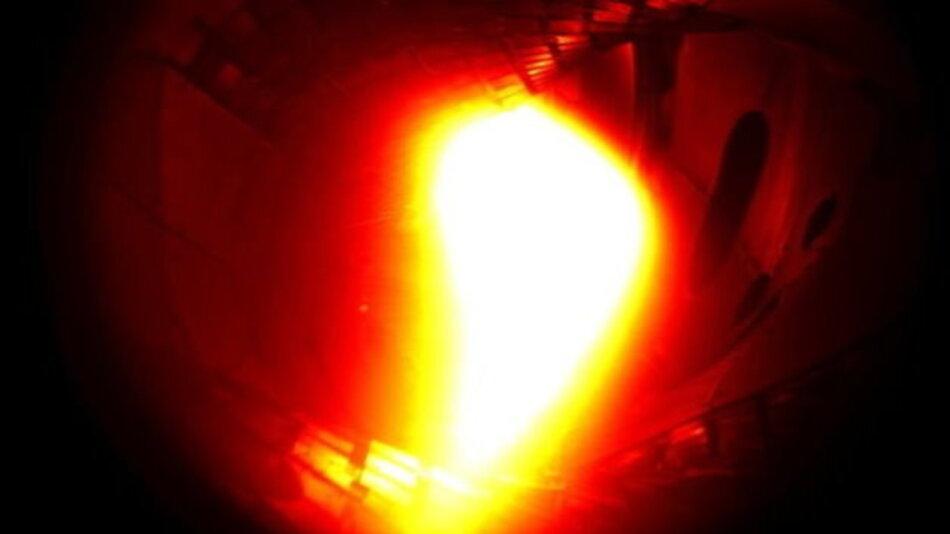 Für eine Zehntelsekunde wurde im Greifswalder Versuchs-Stellerator Helium-Plasma erzeugt.