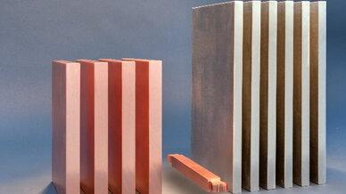 Links im Bild sind Kupfer-Stromschienen, rechts Aluminium-Stromschienen zu sehen. Sie haben dieselbe Stromtragfähigkeit wie die kleine supraleitende Stromschiene in der Mitte des Bildes. Die Supraleitende Stromschiene ist hier mit Kupferummantelung