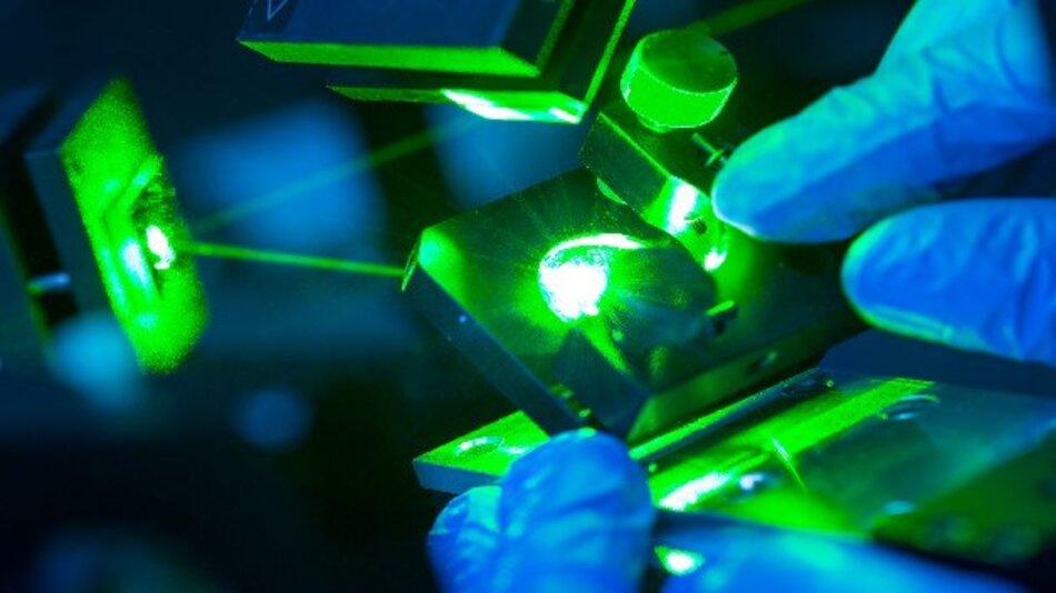 Messaufbau zur Aufnahme von Emissionsspektren von mikroskopischen Halbleitersensorstrukturen