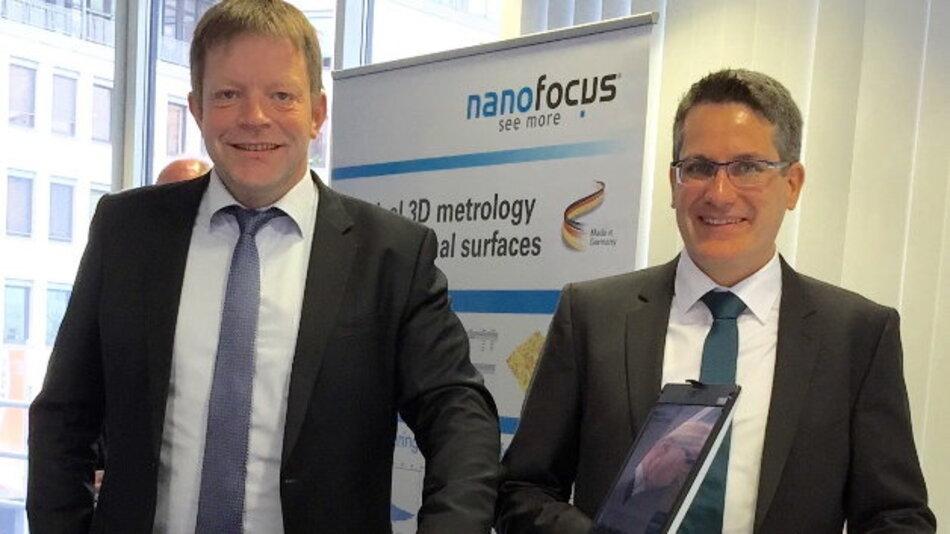 Jürgen Valentin (l.), Technologievorstand der NanoFocus AG, und Dr. Gerd Eßer (r.), Geschäftsführer von inpro, freuen sich über die Ergebnisse der Kooperation.
