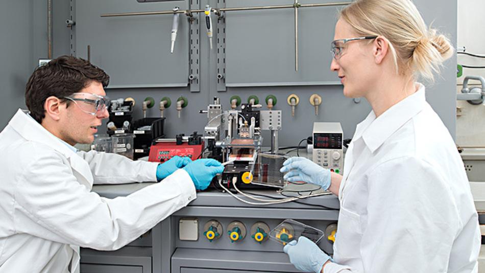 Stephan Pröller und Dr. Eva M. Herzig besprechen sich am Drucker für Solarzellen.