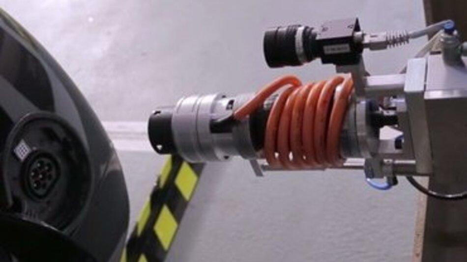 Der im Projekt AUTOPLES entwickelte Ladestecker findet automatisch die Wagenbuchse.