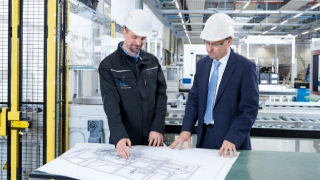 Als geprüfter Functional Safety Engineer weiß der Ingenieur, ob die Maschine sicher oder gefährlich ist.