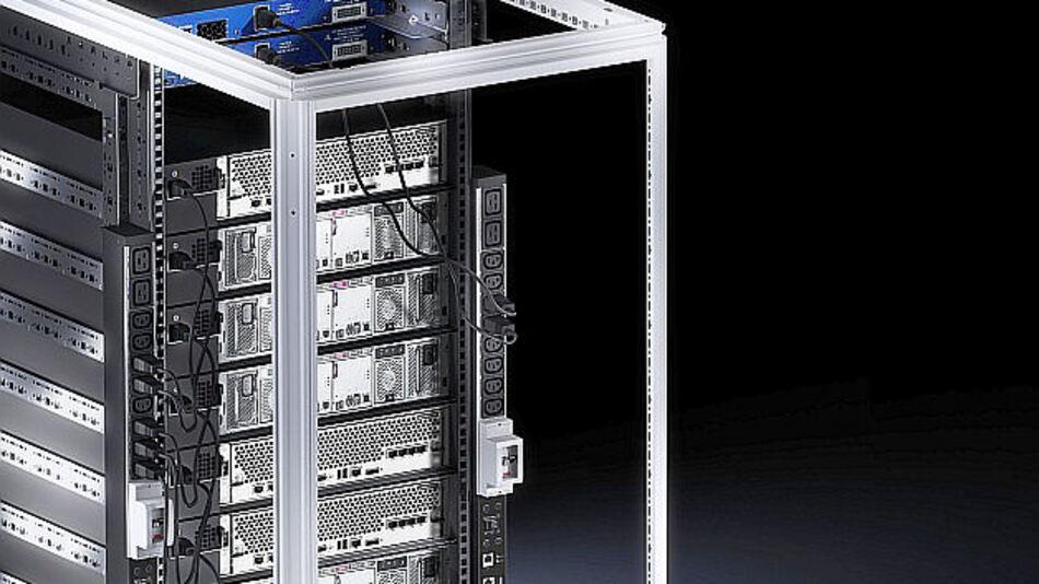 Um die im Rack verbauten Server und Netzwerkkomponenten mit Energie zu versorgen, verwenden IT-Experten sogenannte Power Distribution Units (PDUs).