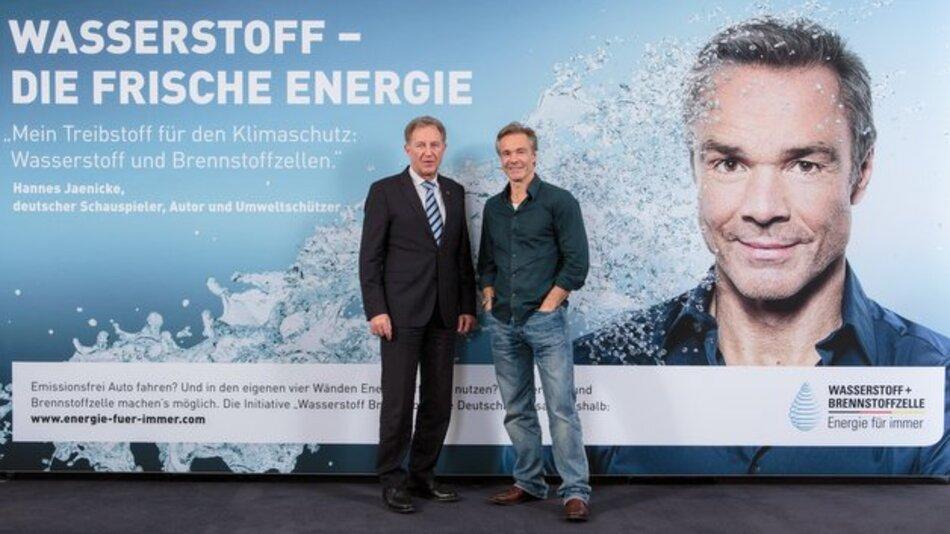 Norbert Barthle, Parlamentarischer Staatssekretär beim Bundesminister für Verkehr und digitale Infrastruktur (links) und Schauspieler Hannes Jaenicke präsentieren ein Kampagnen-Motiv.
