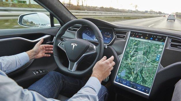 Ist beim Tesla der Autopilot aktiv, brauchen die Hände längere Zeit nicht am Lenkrad zu sein.