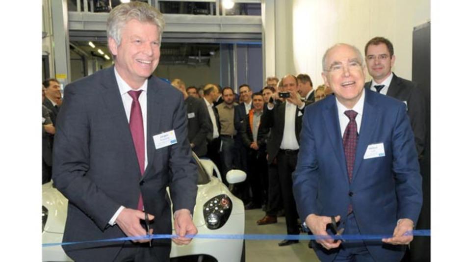 AVL-Chef Helmut List (rechts) and der Bürgermeister von Bietigheim, Jürgen Kessing (links) eröffnen das neue Testzentrum.