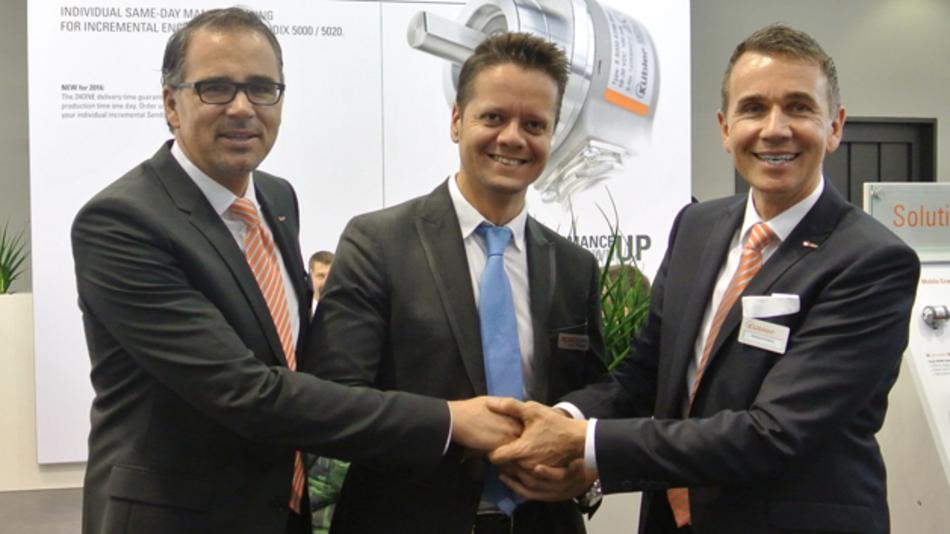 In der Mitte der geschäftsführenden Gesellschafter Gebhard und Lothar  Kübler steht Robosan Geschäftsfüher Caner Yüksel.