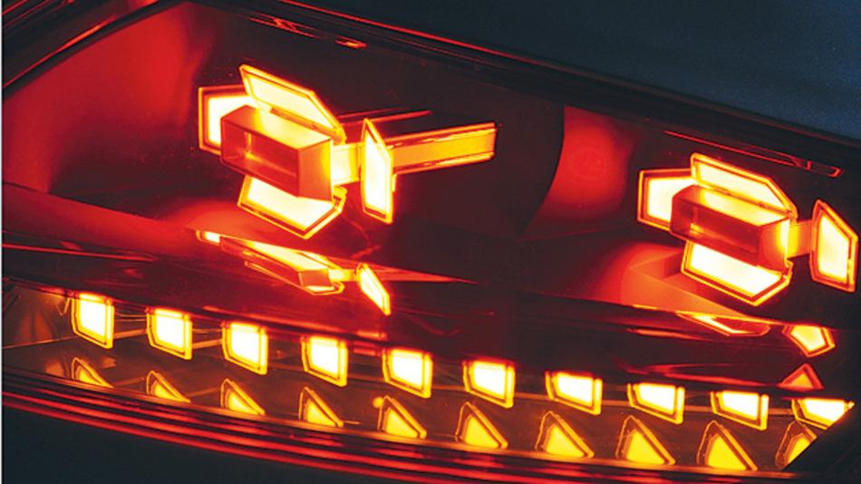 Bild 2. Designstudie einer Heckleuchte für den Audi TT in OLED-Technik mit Schlusslicht und Fahrtrichtungsanzeiger.