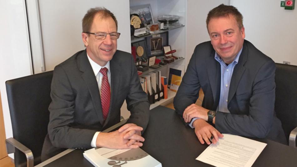 Infineons CEO (und Teilzeit-CTO) Dr. Reinhard Ploss mit DESIGN&ELEKTRONIK-Chefredakteur Frank Riemenschneider