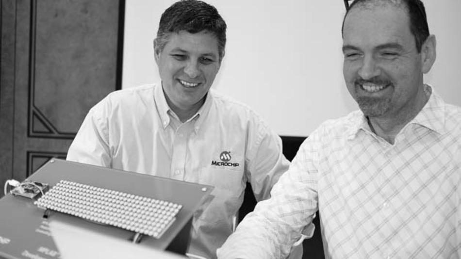 Greg Robinson, Marketing Director für 8-bit-Controller und Lucio di Jasio, Business Development Manager, führen die neue Cloud-Entwicklungsumgebung vor.
