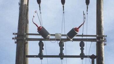 Die neue Kopplereinheit von PPC koppelt das BPL-Signal vom BPL-Modem auf den Stromkabeln der Freileitung ein