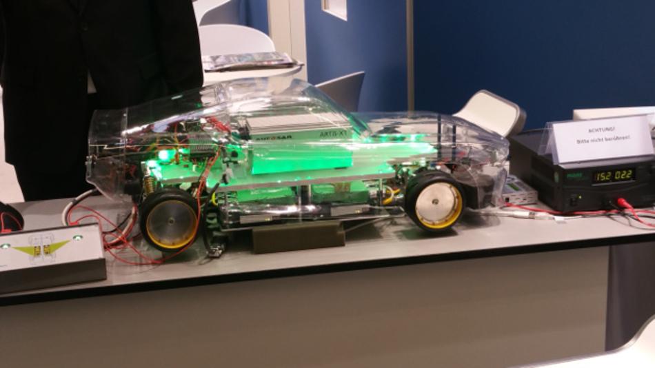 Das Modellauto mit Steuerungseinheiten vom Fraunhofer ESK zeigt ein typisches Fehlerszenario während einer Fahrsimulation und demonstriert wie sich eine fail-operational E/E-Architektur mit aktuellen AUTOSAR Classic-Plattformen realisieren lässt.