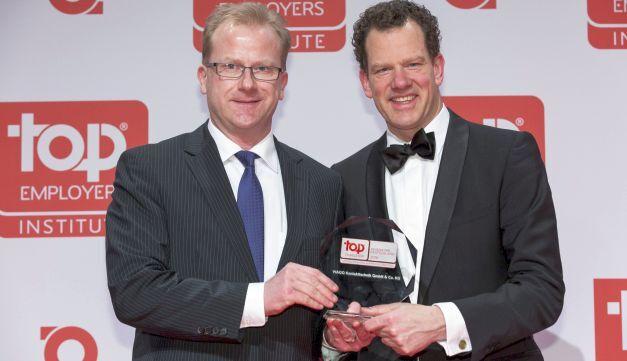 Von links: Eckhard Stach, Leiter Recruiting und Personalmarketing, nimmt die Auszeichnung vom CEO des Top Employers Institute, David Plink, entgegen.