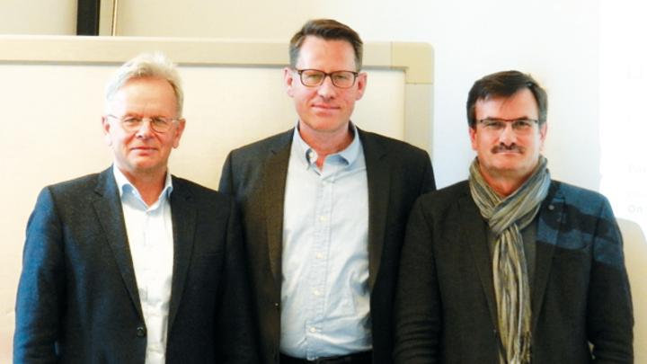 Automotive-Know-how trifft Chipkarten-Expertise:  Martin Klimke, Björn Steurich, Hans Adlkofer (v.l.n.r).  Die beiden Abteilungen arbeiten seit fast einem Jahrzehnt in der Entwicklung zusammen. Das in den Aurix-MCUs eingesetzte HSM wurde maßgeblich v