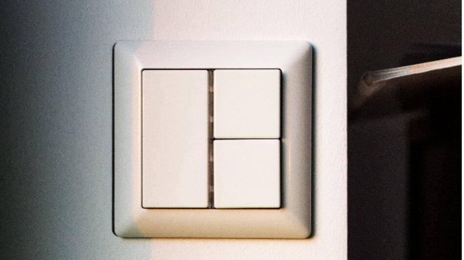 Nicht immer genügt es, eine Funklichtsteuerung nach dem ZLL-Standard per WebApp und mobilem Endgerät wie Tablet und Smartphone zu bedienen. Um eine intelligente und einfache Bedienung der Beleuchtung auch per Wand- oder Handschalter anzubieten, hat Dresden Elektronik den Scene Switch entwickelt.