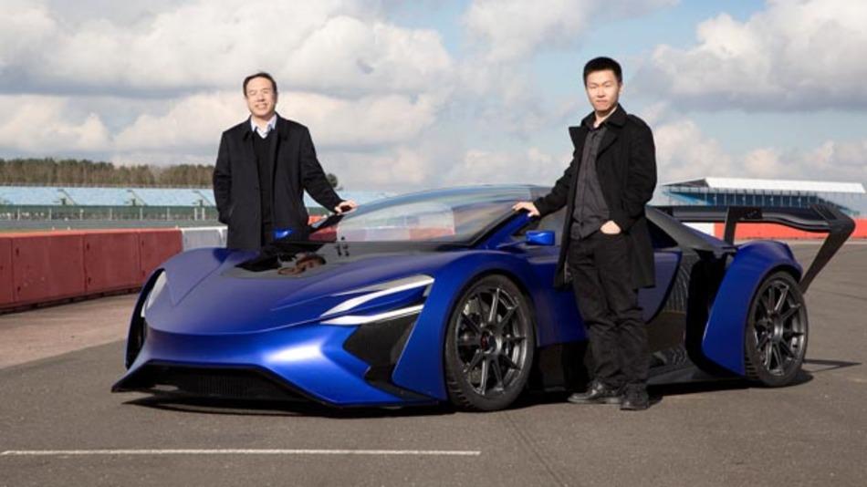 William Jin (links), Gründer und CEO von Techrules und Matthew Jin (rechts), CTO des chinesischen Unternehmens vor dem E-Supersportler.