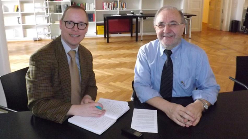 Professor Leo Lorenz (rechts), Vorsitzender des Fachbeirats der PCIM, im Gespräch mit Ralf Higgelke, Redakteur bei der DESIGN&ELEKTRONIK