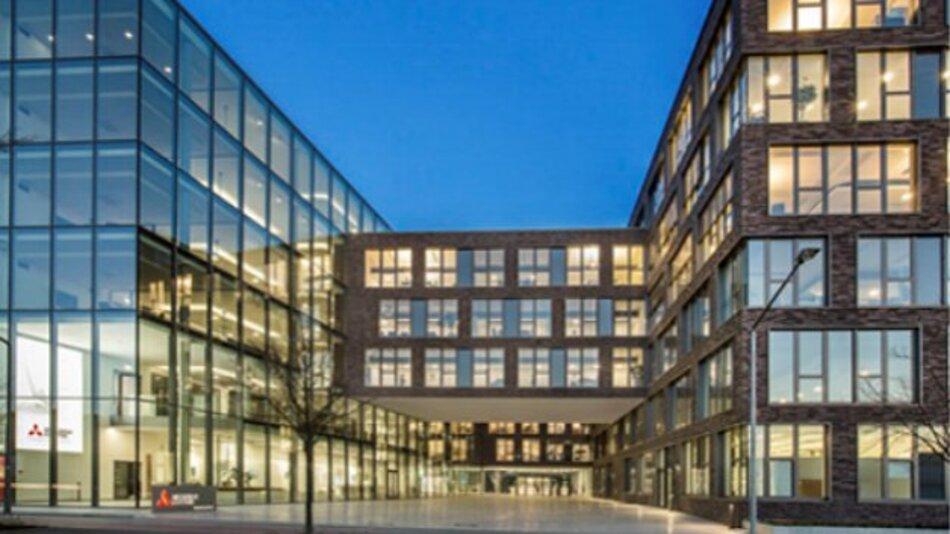 Glas dominiert die Fassade von Mitsubishi Electrics neuer Deutschland-Zentrale in Ratingen