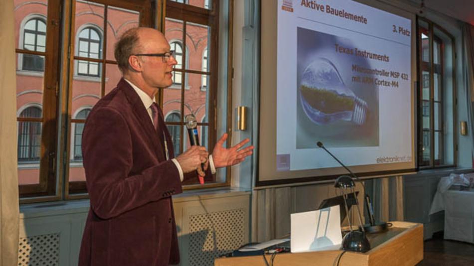 Joachim Kroll, stv. Chefredakteur der Elektronik, präsentiert die Preisträger der Kategorie »Aktive Bauelemente«.