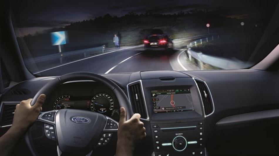 Mit der neuen Scheinwerfertechnologie von Ford kann der Fahrer des Fernlicht nutzen, ohne dass er abblenden muss.