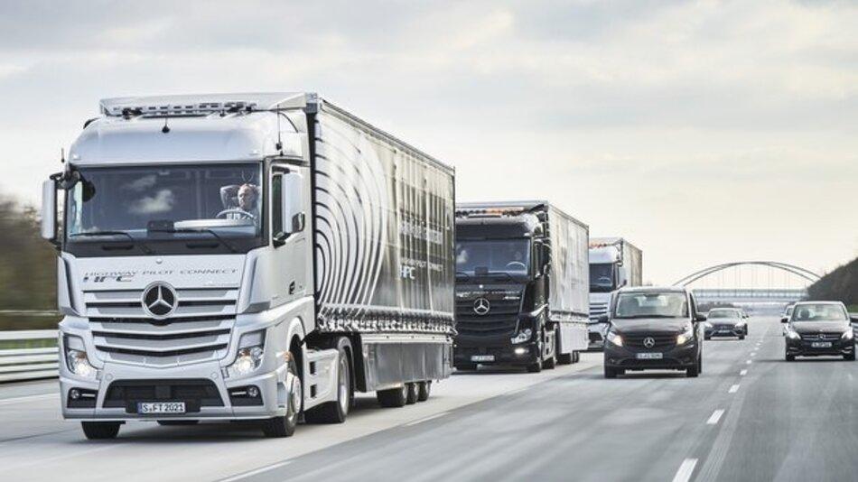 Sparsamer im Verbund: drei vernetzte Lkws von Daimler.