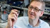 Professor Matthias Nienhaus und sein Team von der Universität des Saarlandes machen Motoren wie diesen Kleinantrieb zum Sensor.