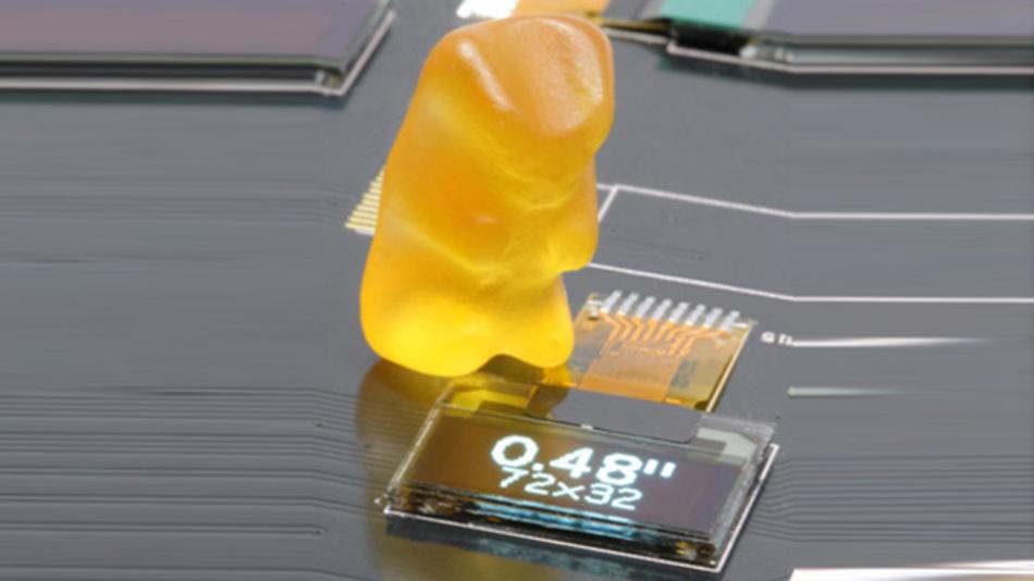 Kleiner als ein Gummibärchen ist ADKOMs monochromes, 0,48 Zoll großes PM-OLED-Display in einer Auflösung von 72 x 36 Pixel.