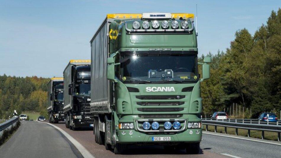 Beim Kolonnenfahren beträgt der Abstand zwischen den Lkws zum Teil nur zehn Meter.
