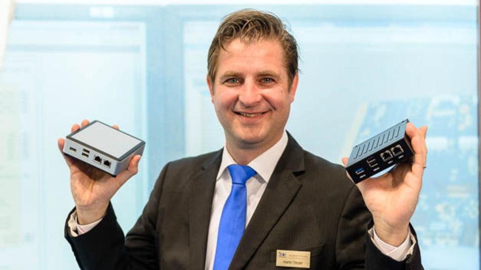 <p>iesy-Geschäftsführer Martin Steger mit zwei Embedded-NUC-Systemen auf der embedded world.</p>