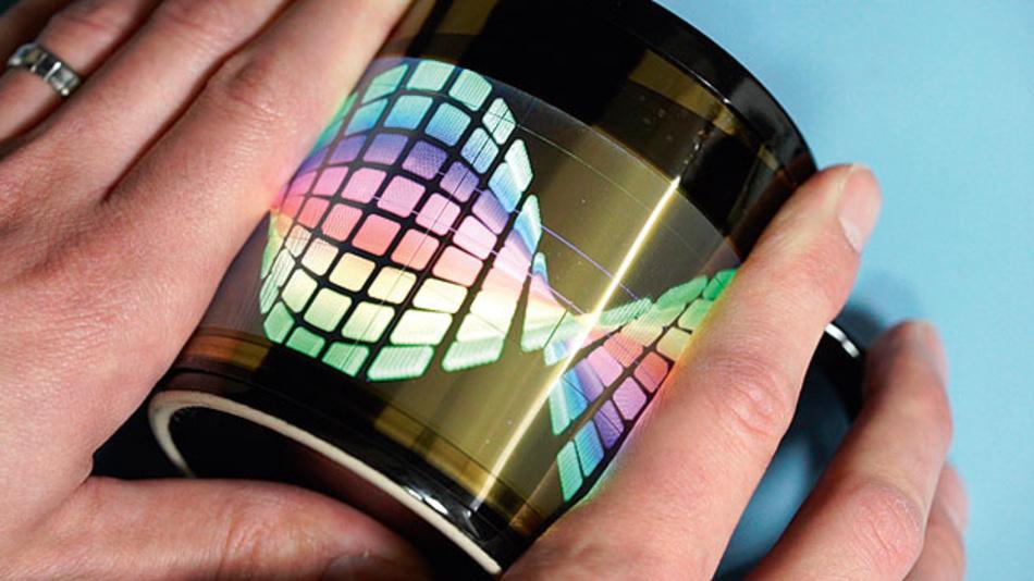 Bild 2. Smartwatches mangelt es an Display-Fläche. Mit einem flexiblen Display, das hier um einen Kaffeebecher gewickelt ist, lassen sich Tragekomfort und große Display-Fläche verbinden.