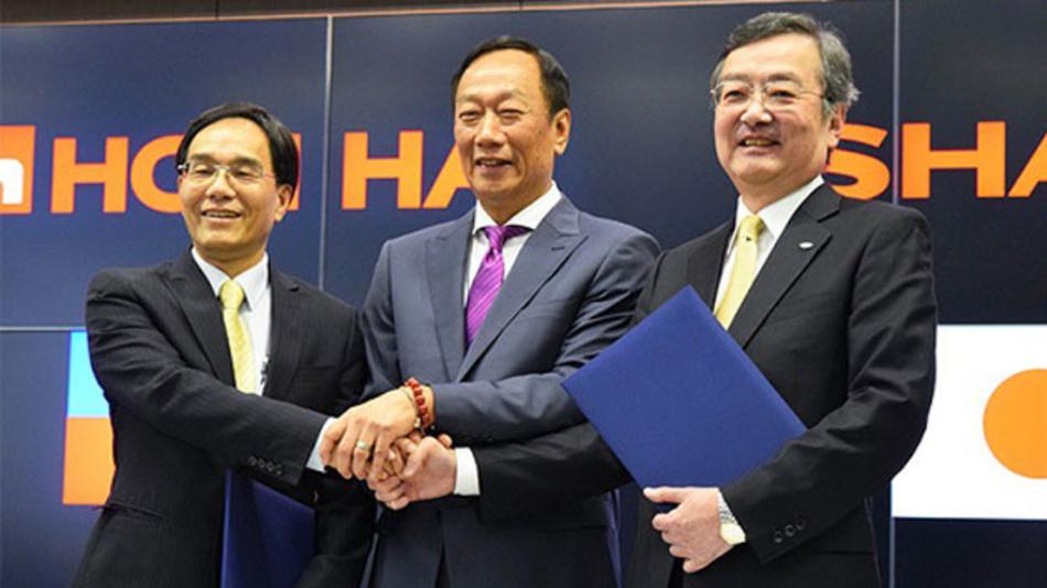 (v.l.n.r.) Jeng-we Tai, Vizepräsident von Foxconn; Terry Gou, Präsident von Foxconn und Kozo Takahashi, Geschäftsführer von Sharp beim Austausch der unterzeichneten Verträge für die Firmenübernahme.